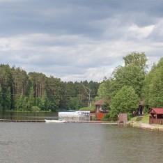 К озеру можно выйти через секретную калитку, поселок Елочка